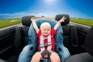 bebelus simpatic in scaun auto
